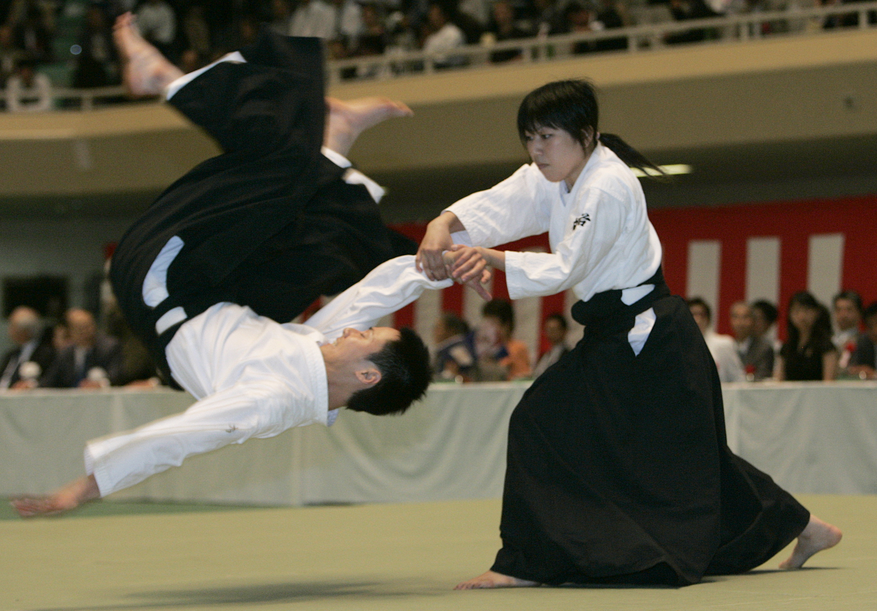 Japanese martial art Aikido demonstrators perform during the 45th All Japan Aikido Demonstration in Tokyo May 26, 2007.   REUTERS/Kim Kyung-Hoon (JAPAN)